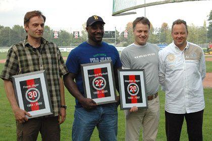 Übergabe der Retirement-Urkunden durch den damaligen Präsidenten Oliver Henke (rechts) an Frank Jäger, Bernard Pickett und Stephan Jäger (vlnr)